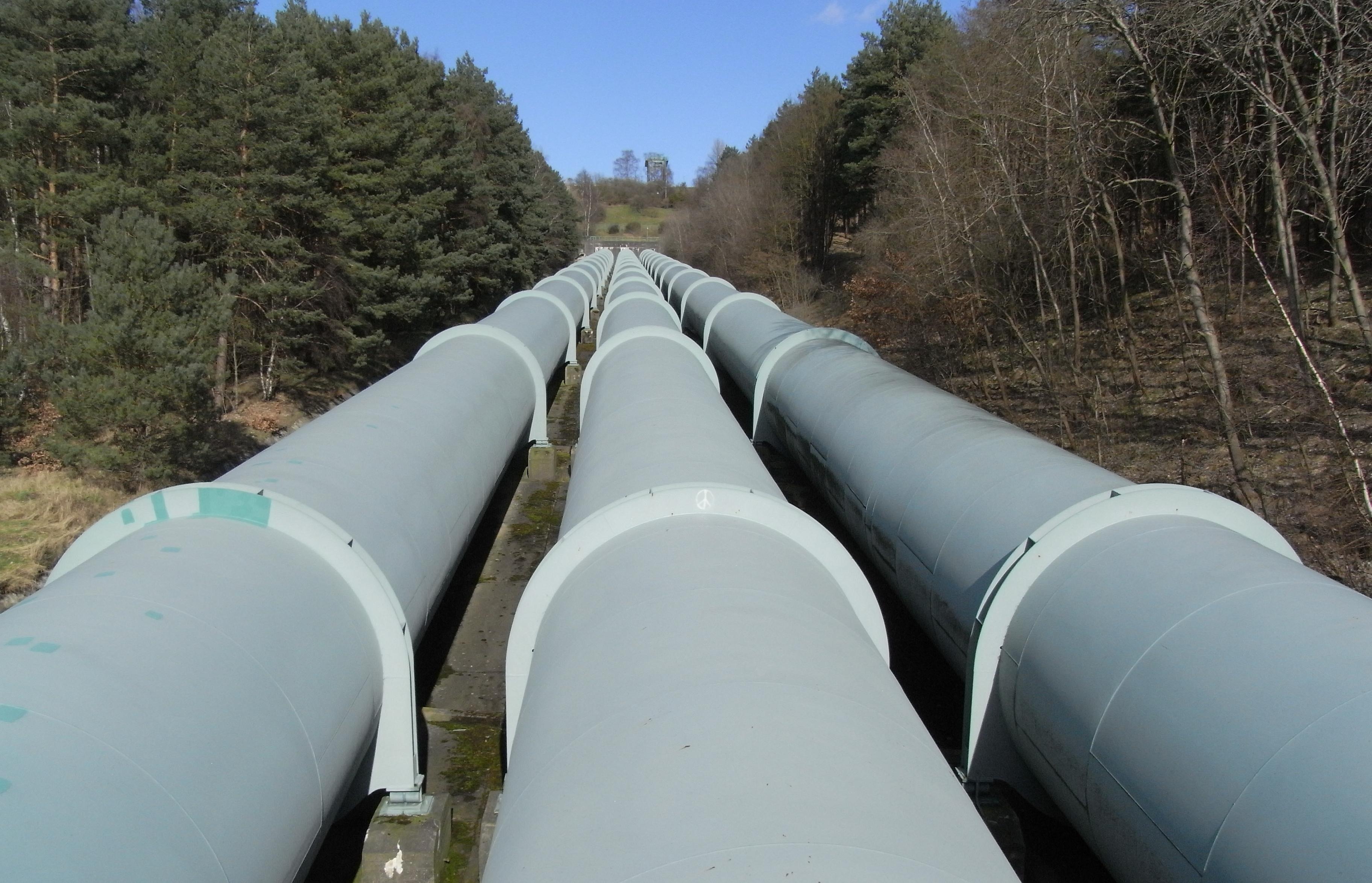 промышленный трубопровод с опорами